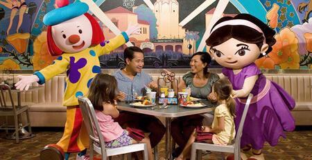 Jantares temáticos com personagens no Hollywood Studios: Restaurante Play N Dine em Orlando
