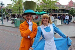 Pavilhão e área do Reino Unido no Disney Epcot em Orlando: atrações - personagens Alice no País das Maravilhas