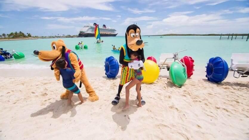 Ilha Castaway Cay da Disney: personagens passeando pela ilha