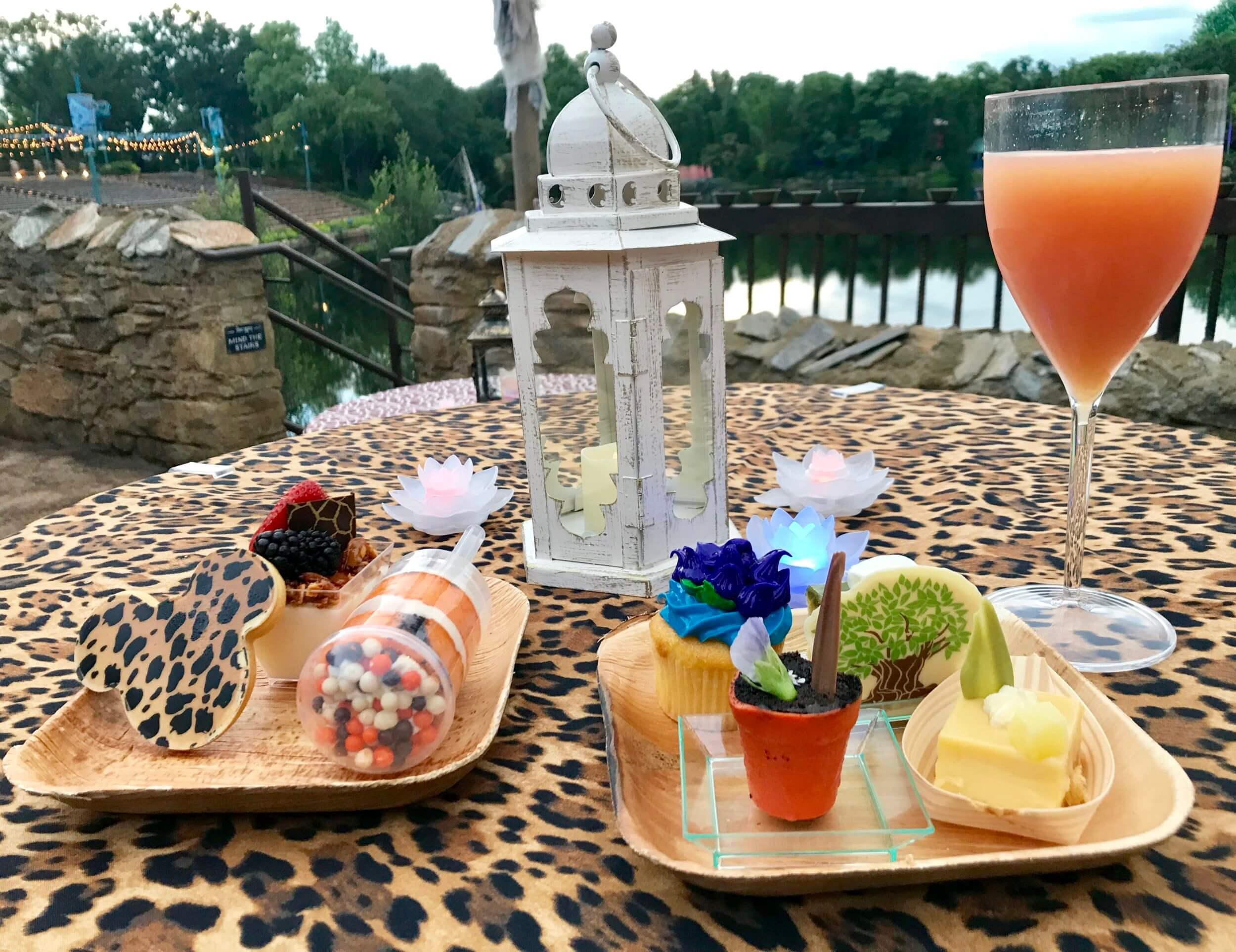 Buffet de sobremesas do show Rivers of Light na Disney Orlando: pratos