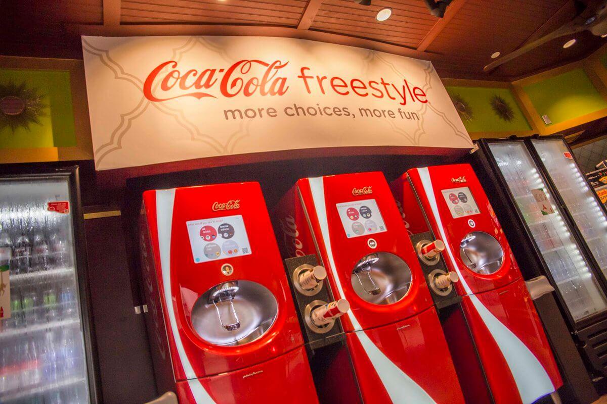 Copo com refil de bebidas no Busch Gardens: Coca-Cola Freestyle