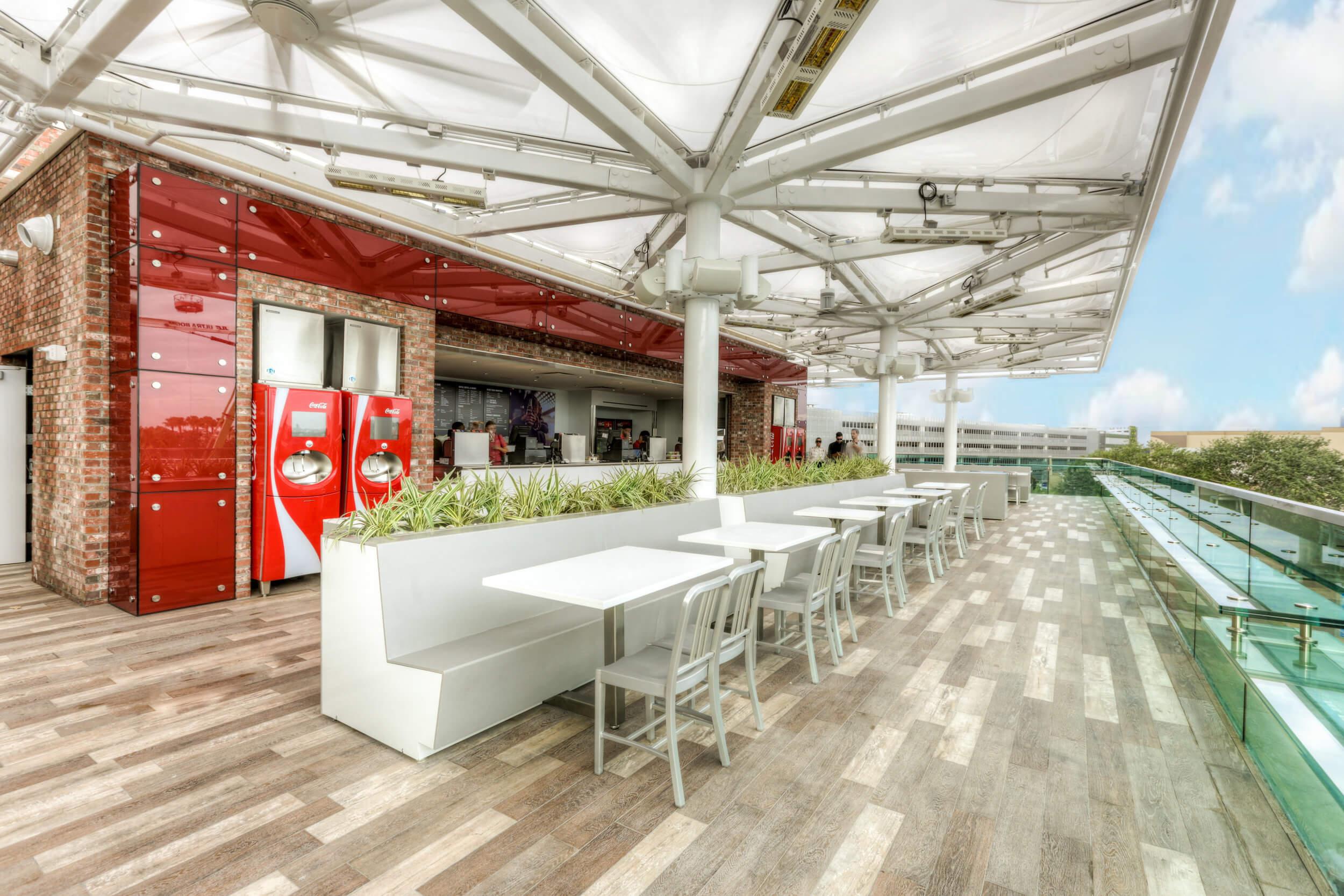 Refil de Coca-Cola por 1 dólar na Disney Springs em Orlando: terraço