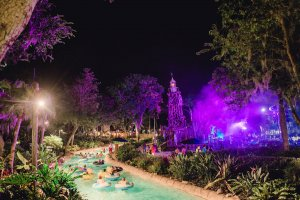 H2O Glow Nights no Typhoon Lagoon em Orlando: piscina do parque aquático Typhoon Lagoon
