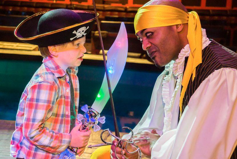 Jantar e show Pirates Dinner Adventure em Orlando: criança e pirata