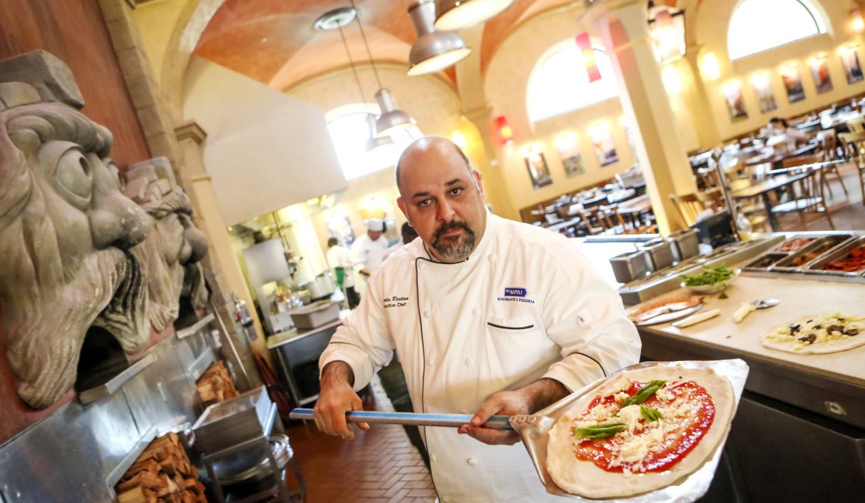 Restaurantes italianos em Orlando: chef no restaurante Via Napoli