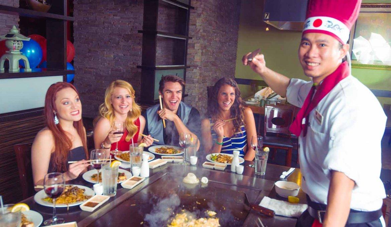 Restaurantes japoneses em Orlando: chef no restaurante Kobe Japanese Steakhouse
